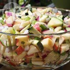 Appel , courgette, groene paprika en rode ui met een heerlijke basilicum vinaigrette. Een snelle en makkelijke salade!
