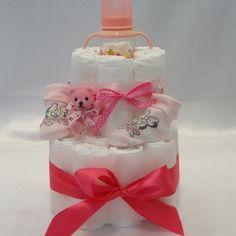 Gâteau de couches de deux étages pour adorable petite fille
