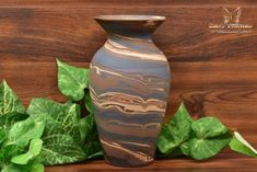 The Niloak Pottery began making arts and crafts ceramics in 1910 as the Eagle Pottery Company. Vase Shapes, Light Reflection, Swirl Design, Make Art, Earth Tones, Pottery Art, Arts And Crafts, Ceramics, Antiques