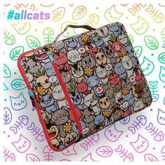 💚🐈💚 Cuéntanos cuál es tu diseño favorito de gatitos Atara. A nosotros nos gustan todos pero este #allcats tiene muchos gatitos para escoger 😻. En nuestra tienda ✨ONLINE✨ encuentras de todo en esta colección: Fundas para portátil, billeteras, morrales. Todo con la calidad #ataracolombia, creativo y orgullosamente #hechoencolombia. 👷🏽♀️🇨🇴👷🏽♂️ . . . #iloveatara #bolsos #billeteras #wallets #case #catlover #gato #cat #neko #cute #kawaii Cat Lover, Neko, Kawaii, Totes, Laptop Sleeves, Kittens, Store, Creativity