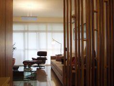 Sala de estar | Divisória em marcenaria | Iluminação | Decoração | marcelasantiago.com.br