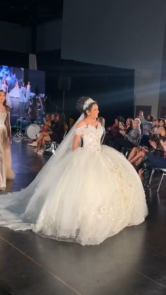 Custom wedding gowns and went from magic princess dresses on amazing - 2020 is presenting Isabella Brides By Estilo Isabella 😍❤️ Puffy Dresses, Quince Dresses, 15 Dresses, Flower Dresses, White Quinceanera Dresses, Big Wedding Dresses, Bridesmaid Dresses, Cathedral Wedding Dress, Quince Decorations