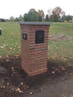 Custom brick mailbox with a bluestone cap Mailbox Garden, Diy Mailbox, Mailbox Ideas, Brick Driveway, Brick Fence, Brick Wall, Brick Mailbox, Alaska House, Outdoor Projects