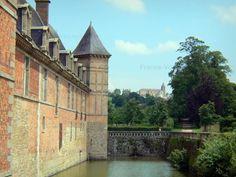 Château de Carrouges: Façade du château, douves, parc, et église de Carrouges en arrière-plan - France-Voyage.com
