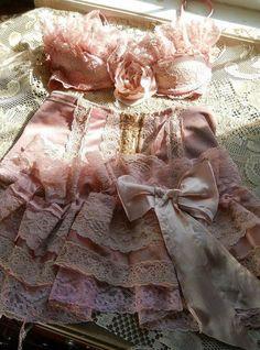 Vintage lingerie, so prettee! Belle Lingerie, Lingerie Rosa, Pink Lingerie, Pretty Lingerie, Pink Bra, Vintage Lingerie, Beautiful Lingerie, Vintage Lace, Beautiful Dresses