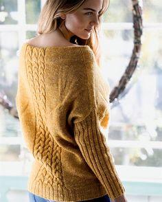 Gratis strikkeopskrift på en flot bluse med fletninger og en smuk halsudskæring.