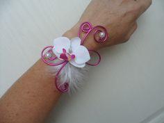 Bracelet fleuri pour mariée ou témoin - blanc et fuchsia avec orchidée : Bracelet par sophialaura