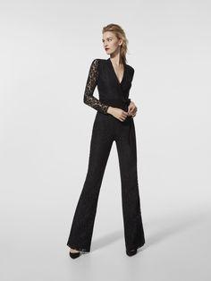 Abito da cerimonia (modello GRACIOLA) di colore nero con scollatura anteriore incrociata. Abito lungo a pantalone con maniche lunghe (pizzo e crêpe)