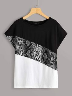 To find out about the Snakeskin Print Colorblock Top at SHEIN, part of our latest T-Shirts ready to shop online today! Fashion Sewing, Diy Fashion, Fashion Dresses, Blouse Styles, Blouse Designs, Shirt Bluse, Latest T Shirt, Skirt Outfits, Clothing Patterns