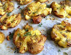 Min bedste opskrift på lækre knuste kartofler med parmesan og timian. Dejligt nemme at lave og helt perfekt tilbehør til både kød og grillretter...