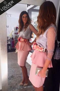 Si sientes debilidad por los looks con cierto aire romántico, aquí tienes el tuyo!! Nuestra blusa Bianca en color gris con falda Fedua en rosa palo y cinturón  de flores en la misma tonalidad. Disponible en nuestro showroom!!