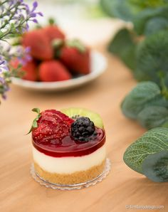 Mini Chessecake de fresa decorado con frutas del bosque -  http://tiendamydesign.com/productos/mini-chessecake-fresa-decorado-frutas-bosque-panama