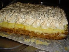 Dorothy Sweet: Prajitura cu mere,bezea si crema de vanilie Romanian Desserts, Romanian Food, Apple Desserts, Dessert Recipes, Good Food, Yummy Food, Delicious Deserts, Banana Bread Recipes, Sweet Cakes