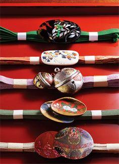 <てっさい堂>江戸から明治にかけての古伊万里や京焼きの器を中心に揃える骨董店は、やはり京都を訪れると必ず足を運んでしまうお店です。特に美しい帯留めの数々は、きもの好きを唸らせる逸品ばかり。  ●てっさい堂 tel.075-531-2829  Photo:TAKUYA OSHIMA【25ans編集長 十河ひろ美】    http://lexus.jp/cp/10editors/contents/25ans/index.html    ※掲載写真の権利及び管理責任は各編集部にあります。LEXUS pinterestに投稿されたコメントは、LEXUSの基準により取り下げる場合があります。