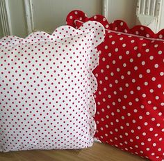 POLKA DOTS ~ polka dotted pillows with scalloped edge Cute Pillows, Diy Pillows, Decorative Pillows, Throw Pillows, Hobbies And Crafts, Diy And Crafts, Cushion Covers, Pillow Covers, Sewing Crafts