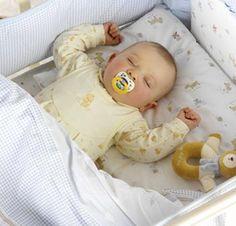 Le lit à barreaux, bien sûr, est en général un des premiers investissements (60 à 200 €), tout comme le matelas vendu en général séparément (60 à 80 €). Pensez aussi à une alaise et à deux draps de dessous. Un tour de lit sera bienvenu pour lui concocter un petit nid douillet (à partir de 30 €). Enfin, un mobile musical suspendu au-dessus de son lit l'aidera à s'endormir et à s'éveiller selon les moments (à partir de 20 € pour les plus simples). Quant au lit parapluie, il sera bien utile…