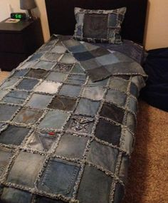 Double sided Denim Rag Quilt and Denim Pillow made from old recycled blue jeans - Class Auction item. Cut blocks with 8 columns down and 12 rows across. Used a inch seam for the fringe. It fits a twin size bed.How to make a cool denim rug without sew Jean Crafts, Denim Crafts, Artisanats Denim, Denim Purse, Blue Jean Quilts, Denim Quilts, Sewing Jeans, Recycled Denim, Recycled Crafts