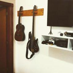 Suporte de parede para instrumentos musicais feito com pallet reciclado. ♻️♻️…