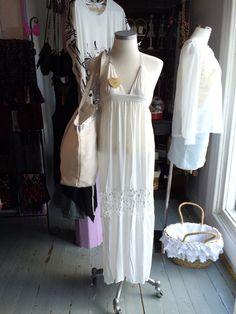 Vanhoihin näyteikkinoihin ei kannata kesällä laittaa kuin valkoisia vaatteita, koska valo on niin voimakas.