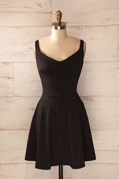 Une robe qui traverse les années sans jamais perdre son chic est chose précieuse. A dress that travels the years without ever losing its chic is a precious thing.