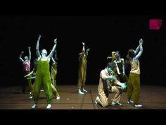 GHT: Dancer in the Dark  Musikalisches Schauspiel von Patrick Ellsworth | Nach dem gleichnamigen Film von Lars von Trier Selma die nach und nach ihr Augenlicht verliert arbeitet Tag und Nacht in der Fabrik und spart sorgfältig das verdiente Geld. Denn ihr Sohn Gene hat ihre Augenkrankheit geerbt und nur eine teure Operation kann seine Sehkraft retten. Aus ihrem grauen Arbeitsalltag flieht Selma in die heile farbenfrohe Musicalwelt ihrer Tagträume. Sie fantasiert sich selbst als…