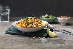 Mieto wokki, joka koostuu riisinuudeleista, kananmunasta, valkokaalista ja kirpeästä kastikkeesta. Viimeistele maapähkinöillä ja limellä!