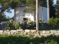 Veduta rurale della chiesetta rupestre della Madonna degli Angeli in contrada Farnese, dove, ogni anno, si festeggia la tradizionale pasquetta nocigliese.