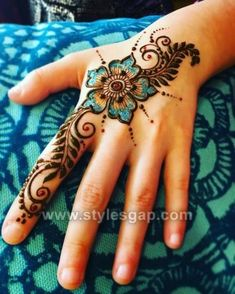 Best Glitter Mehndi Designs-Our Top 30 Glittery Picks 2019 Henna Hand Designs, Pretty Henna Designs, Latest Mehndi Designs, Henna Tattoo Designs, Designs Mehndi, Henna Tattoo Hand, Henna Art, Mandala Tattoo, Henna Tattoos