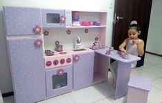 Cozinha modelo 6 em 1 Flor confeccionada em mdf 15 mm pintura laqueada, medida d. Cardboard Kitchen, Wooden Play Kitchen, Toy Kitchen, Cardboard Crafts, Ikea Play Kitchen, Play Kitchens, Kitchen Sets For Kids, Diy Karton, Licht Box