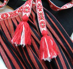 Detalj av förkläde till folkdräkt från Järvsö, Hälsingland. Folk Costume, Costumes, Finger Weaving, Inkle Weaving, Ethnic Chic, Embroidery Motifs, Swedish Design, Fiber Art, Sweden