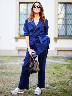 Die türkische Moderedakteurin Ece Sukan trägt einen dunkelblauen Pyjama vonUmit Benan und kombiniert das ganze - very sporty - mit Reebok-Sneakern. Cooler Streetstyle, oder?