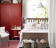 IKEA Österreich, Schlafzimmer im Landhausstil mit Ecke fürs Baby; u. a. mit HEMNES Bettgestell graubraun, 3-teiligem ÅKERFRÄKEN Bettwäsche-Set bunt, ÅKERKULL...
