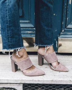 Finish off your effortless chic look with a pair of mules! Check out these 12 photos to know why mules are the shoe style of the moment. Shoe Boots, Shoes Heels, Pumps, Suede Heels, Crazy Shoes, Me Too Shoes, Trends 2016, Looks Cool, Vogue Paris