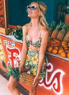 Look tropical composto por shorts e cropped.