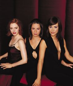 Charmed Season Five - Alyssa Milano - Phoebe Halliwell - Rose McGowan - Paige Matthews Holly Marie Combs - Piper Halliwell Holly Marie Combs, Serie Charmed, Charmed Tv Show, Rose Mcgowan, Alyssa Milano Charmed, Charmed Sisters, Broadway, Shannen Doherty, Female Actresses