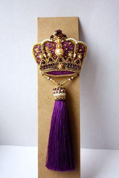 Брошь-корона с кисточкой в фиолетовом цвете - Ярмарка Мастеров - ручная работа, handmade