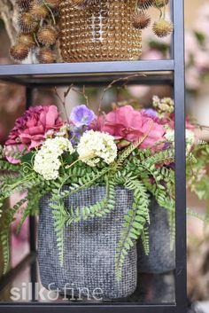 Gerade an exponierten oder schwer zugänglichen Stellen wie im Schaufenster sind Seidenblumen ohne Pflege die ideale Dekoration. Mit unseren hochwertigen Kunstblumen-Arrangements und einer individueller Gestaltung werden deine Produkte perfekt in Szene gesetzt. Vorbeigehende Fussgänger werden begeistert sein! Mit einem Blumenabo wechseln wir deine Schaufensterdekoration regelmässig aus. Du bestimmst, wie oft wir diese austauschen sollen und wählst den Umfang der Dekoration. Floral Wreath, Wreaths, Silk, Home Decor, Faux Flowers, Fresh Flowers, Fake Flowers, Scene, Nursing Care