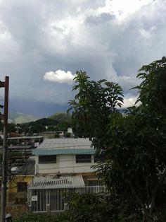 Otra tarde de lluvia. Nubes Grises Oscuras y Nube Blanca