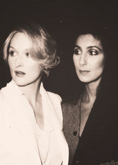 "Meryl Streep & Cher at the premiere of ""Silkwood"", 1983 - black and white - preto e branco Meryl Streep, Derma Wax, Classic Hollywood, Old Hollywood, Grace Gummer, Divas, The Iron Lady, Cher Bono, Portraits"