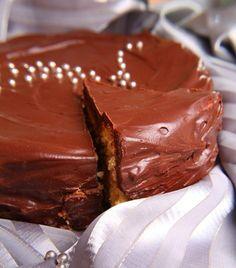 Pastel de vainilla cubierto de ganache de chocolate