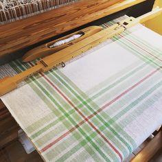 Loom Weaving, Hand Weaving, Designer Bed Sheets, Weaving Textiles, Wardrobe Basics, Tea Towels, Fiber Art, Spinning, Paradise