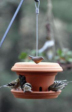 45 ideas garden art diy ideas bird feeders for 2019 - garden pot design Homemade Bird Houses, Homemade Bird Feeders, Diy Bird Feeder, Diy Flowers, Flower Pots, Flower Diy, Large Bird Feeders, Bird House Kits, Diy Planters