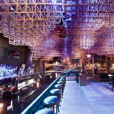 Innuendo Ceiling Installation Design, em Port Washington, Nova York, EUA. Projeto do escritório Bluarch Architecture. #bar #bares #cafe #coffee #cafes #encontro #meeting #encontros #interior #interiores #artes #arts #art #arte #decor #decoração #architecturelover #architecture #arquitetura #design #projetocompartilhar #davidguerra #shareproject #innuendo #installation #portwashington #novayork #newyork #ny #eua