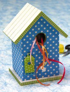 houten vogelhuisje  te beschilderen, te beplakken, gebruik lint, veren, vilt ed…
