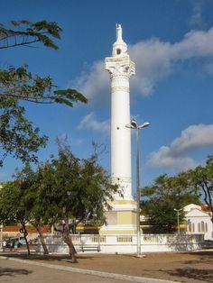 Torre com estátua do Cristo Redentor em Fortaleza.