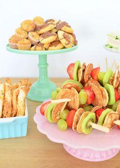 Organizing an high tea: tips & tricks - Tips voor organiseren high tea - Laura's Bakery Kids Party Menu, Tea Party Menu, High Tea Menu, High Tea Food, High Tea Decorations, High Tea Sandwiches, Fondue, Tea Snacks, Cupcakes