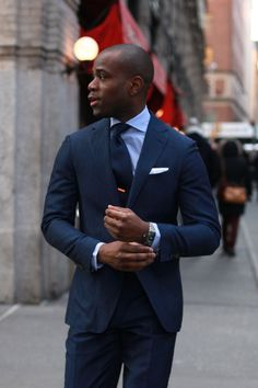 ネイビースーツ着こなし,白ポケットチーフ,青シャツ,ネクタイピン,navy blue suit もっと見る