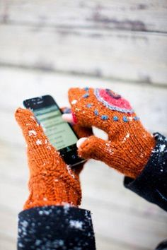 – Kotiliesi and the instructions for the smartphone mittens Knit Mittens, Knitted Gloves, Fingerless Mitts, Crochet Accessories, Diy Projects To Try, Arm Warmers, Free Pattern, Knitting Patterns, Knit Crochet