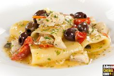 Paccheri, tuna, little fresh tomato, capers. this is an awesome dish, expecially in the summer. Tuna Recipes, Gourmet Recipes, Pasta Recipes, Cooking Recipes, Healthy Recipes, Polenta, Risotto, I Love Food, Pasta Dishes