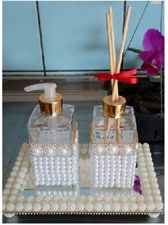 Lindo kit difusor de ambiente, e porta sabonete líquido acompanha também esta bandeja que é um charme só. Com os frascos medindo Aproximadamente16cm de altura,, com 6 de profundidade e largura, e a bandeja aproximadamente 15cm de comprimento por 8 de largura